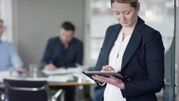 femme affaires, utilisation, ordinateur tablette, à, réunion affaires video
