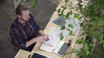 o homem no local de trabalho bebendo vitaminas e bebe água video