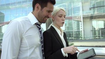 uomini d'affari riuniti nel quartiere finanziario video