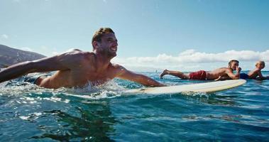 Familie zusammen surfen