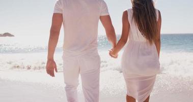 casal caminhando juntos video