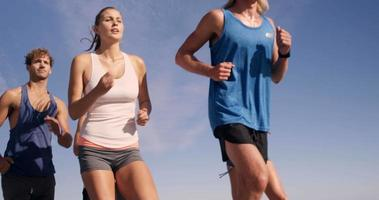 amigos corriendo juntos
