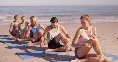 Freunde, die zusammen Yoga machen