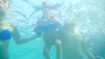 hispanische Familie, die zusammen schwimmt