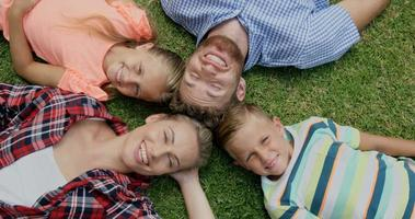 família feliz deitada junto