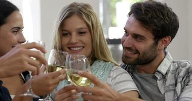 casal feliz brindando juntos