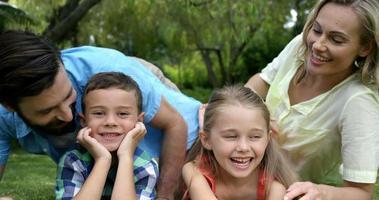 süße Familie zusammen genießen video