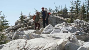 coppia felice escursionismo insieme video