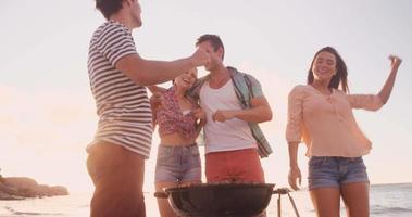 glückliche Freunde, die zusammen grillen