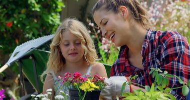 madre e hija juntas de jardinería
