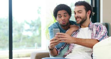 couple gay sur smartphone ensemble video