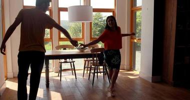 süßes junges Paar, das zusammen tanzt
