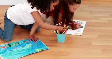kleine Kinder, die im Unterricht zusammen zeichnen