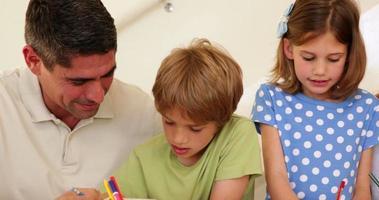 simpatici genitori e bambini che colorano insieme