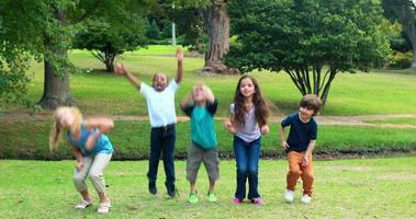 niños felices saltando juntos en el parque