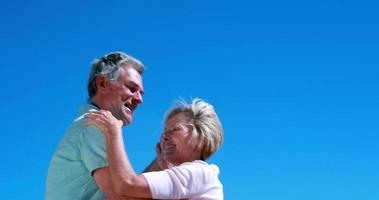 idosos ativos dançando juntos e sorrindo