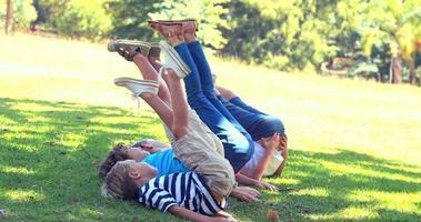 niños haciendo gimnasia juntos en el parque