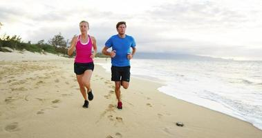 pareja, jogging, juntos, en la playa