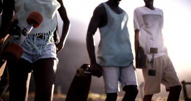 longboarders adolescents à la marche ensemble cool
