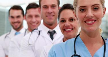 equipe médica sorrindo para a câmera juntos