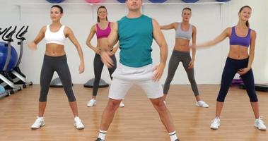 lezione di aerobica stretching insieme guidata da istruttore