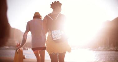 filles de grunge marchant et parlant ensemble à l'extérieur video
