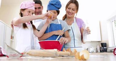 família feliz cozinhando juntos video
