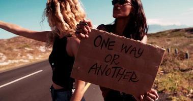 zwei Hipster-Mädchen trampen zusammen