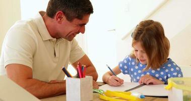 padre e hija dibujando juntos