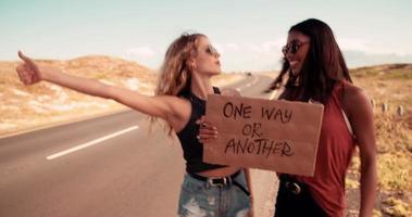 due ragazze hipster che fanno l'autostop insieme