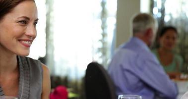 glückliches Paar, das ein romantisches Essen zusammen hat video