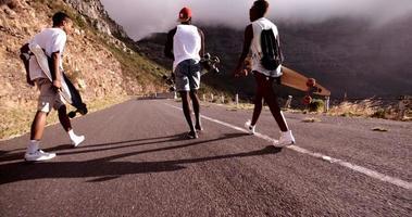 gelukkige tiener skaters lopen samen en glimlachen