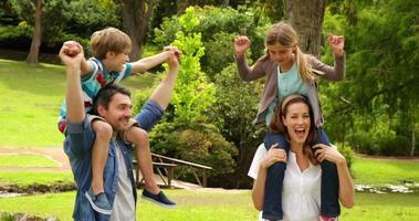 famiglia felice che gioca insieme nel parco