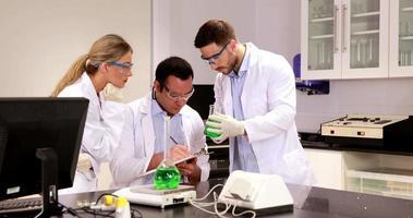 giovani scienziati che lavorano insieme in laboratorio video