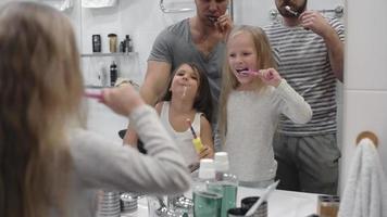 schwules Paar und ihre Töchter putzen sich die Zähne video