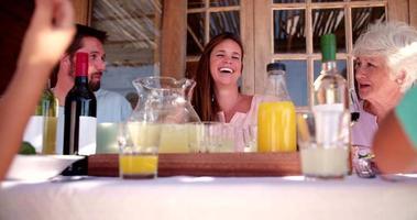 casal apaixonado rindo juntos em uma refeição em família