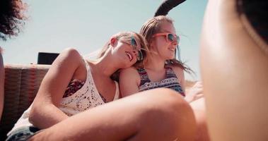 ragazze adolescenti in vacanza insieme video