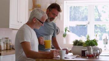 coppia omosessuale maschile fare colazione a casa insieme
