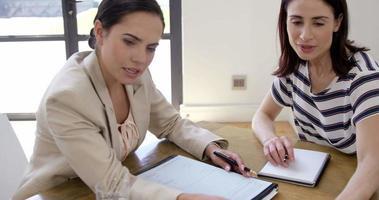 donne d'affari che lavorano insieme