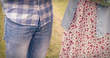 felice coppia giovane giardinaggio insieme video