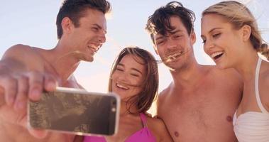 Freunde, die zusammen ein Selfie machen video