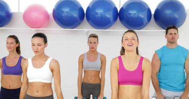Clase de aeróbicos levantando pesas juntos. video