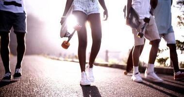 longboarders adolescentes parecendo legais caminhando juntos video
