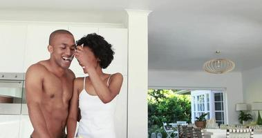romantisches lächelndes Paar, das zusammen frühstückt
