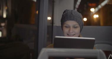 Frau im Bus mit Tablet-Computer