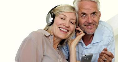 süßes reifes Paar, das zusammen Musik hört video