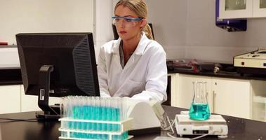 Wissenschaftlerin, die Computer für ihre Forschung benutzt
