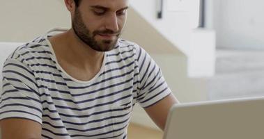 l'uomo sta usando il suo computer
