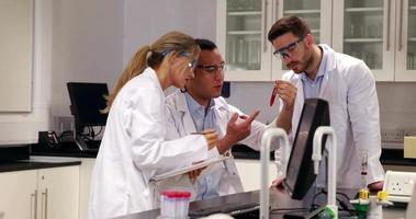jeunes scientifiques travaillant ensemble dans le laboratoire