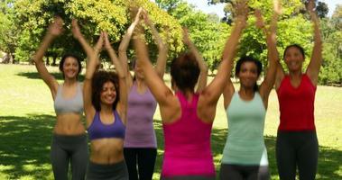 lezione di fitness facendo salti di stelle insieme